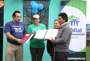 Erick Guerra y Sonia González del CDN, haciendo entrega de la Biblia braille.
